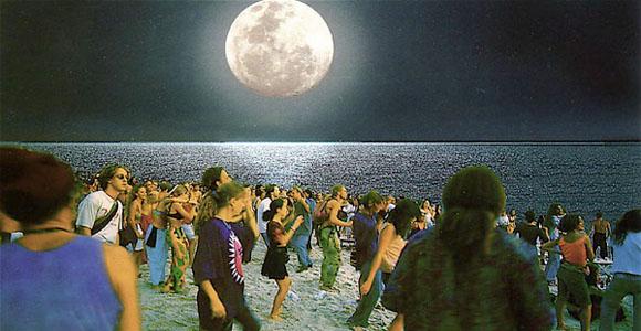 莱雷湾(甲米府) 这里可能是观赏夕阳美景最佳地点之一!当您到达莱雷湾(Railay Bay),时间仿佛停止了一样,这里是一个有着真实沙滩体验的热带天堂。这里与大陆相隔离,有耸立了百万年的石灰岩悬崖、柔软洁白的沙滩和生长茂盛的红树林。从奥南海滩(Ao Nang)乘船仅需10分钟可到,或者从甲米镇(Krabi Town)半小时即到。