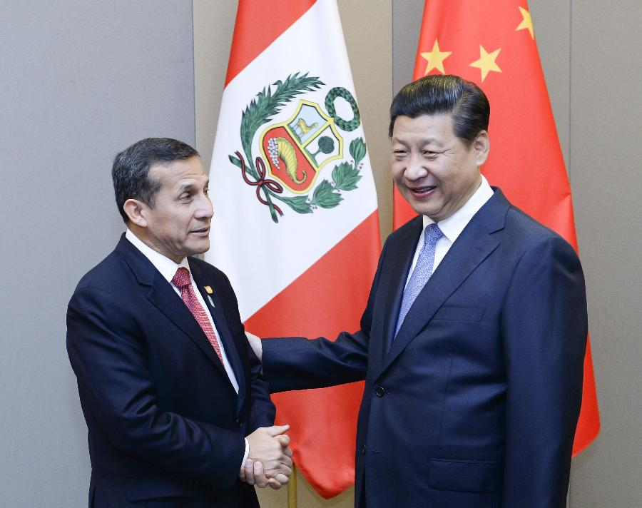Chinese President Xi Jinping (R) meets with Peruvian President Ollanta