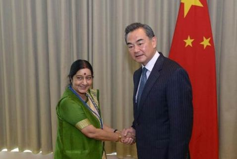 Chinese Foreign Minister Wang Yi (R) meets with Indian Minister of External Affairs Sushma Swaraj at the UN headquarters in New York, on Sept 25, 2014.