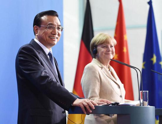 Premier Li Keqiang (L) and German Chancellor Angela Merkel