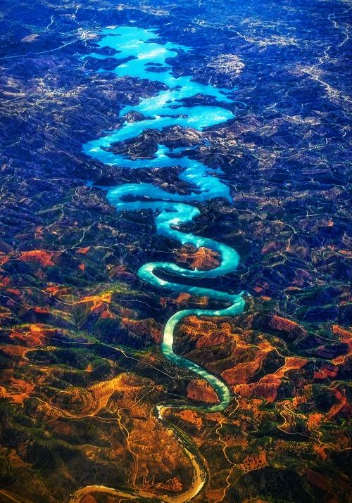 国外网友拍到龙形河流惊叹太美 原来是葡萄牙蓝龙河
