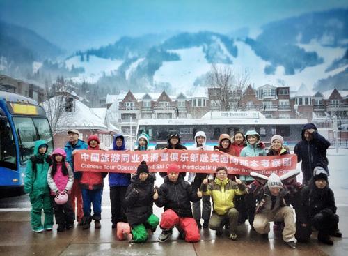 阿斯本考察行高潮:在雪堆山体验滑雪