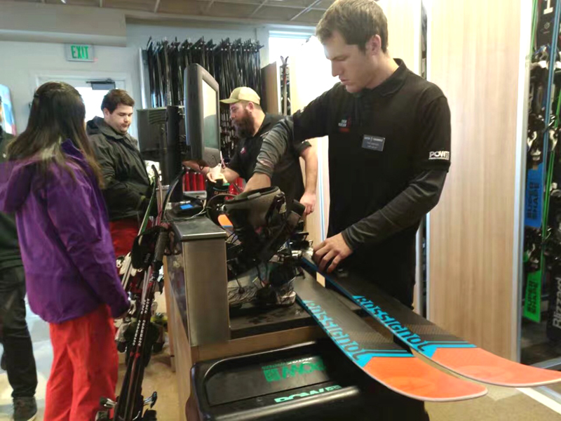 阿斯本雪堆山滑雪炫技 猛犸象遗迹让人唏嘘
