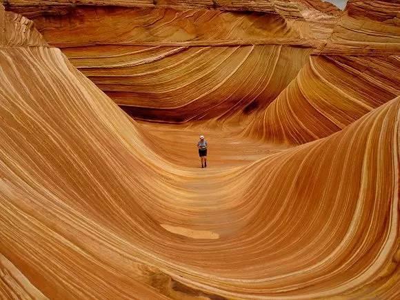 美国亚利桑那州和犹他州边界的波浪形砂岩构造