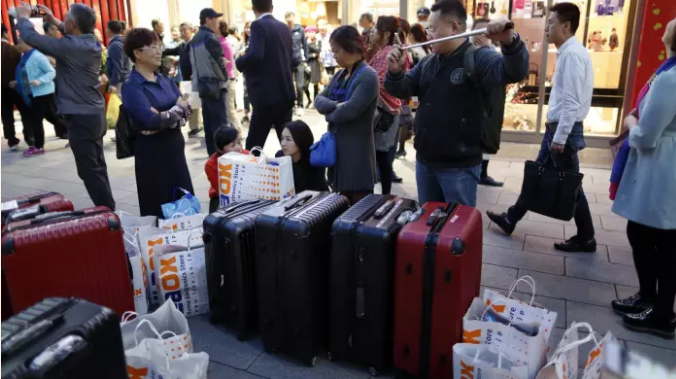 Chinese tourists rein in their shopping sprees