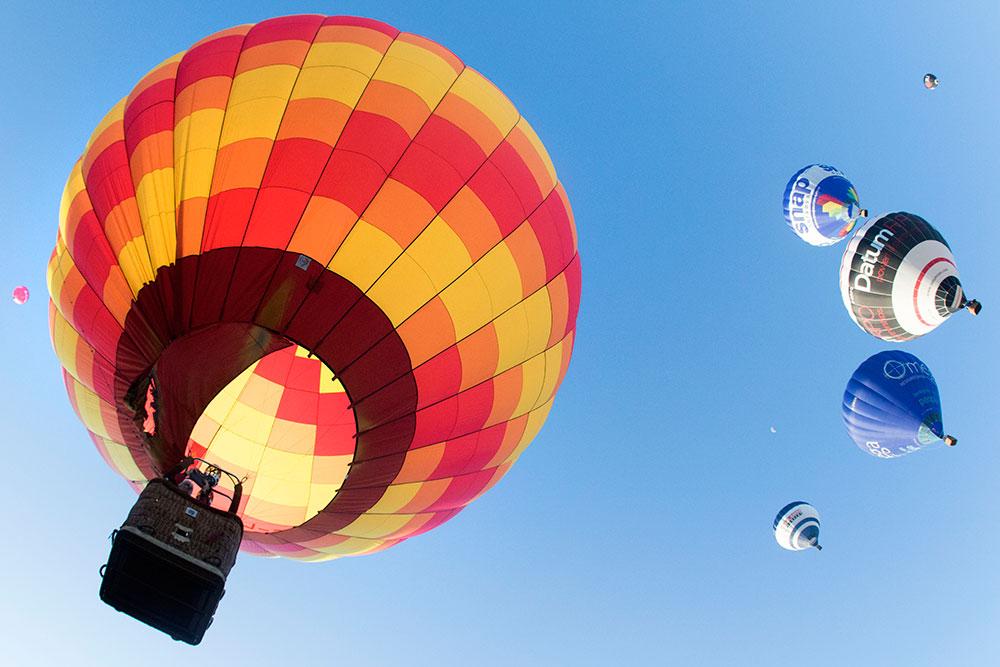 如果天空有童话 那一定是热气球漂浮在云端的样子     这个夏天图片