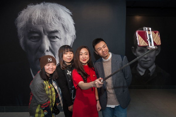 A group of Chinese bloggers visit the newly opened centre for an Irish Nobel Prize laureate Seamus Heaney.