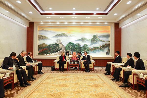 中国国家旅游局长李金早会见突尼斯旅游和手工业部长萨勒玛·伊露米·雷克