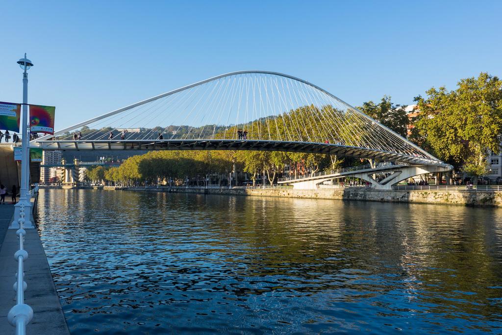 卡拉特拉瓦人行桥