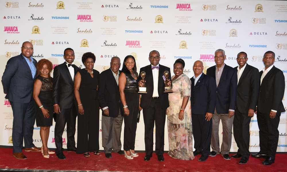 牙买加旅游局局长Mr.Donovan White手捧两座金杯与大家合影