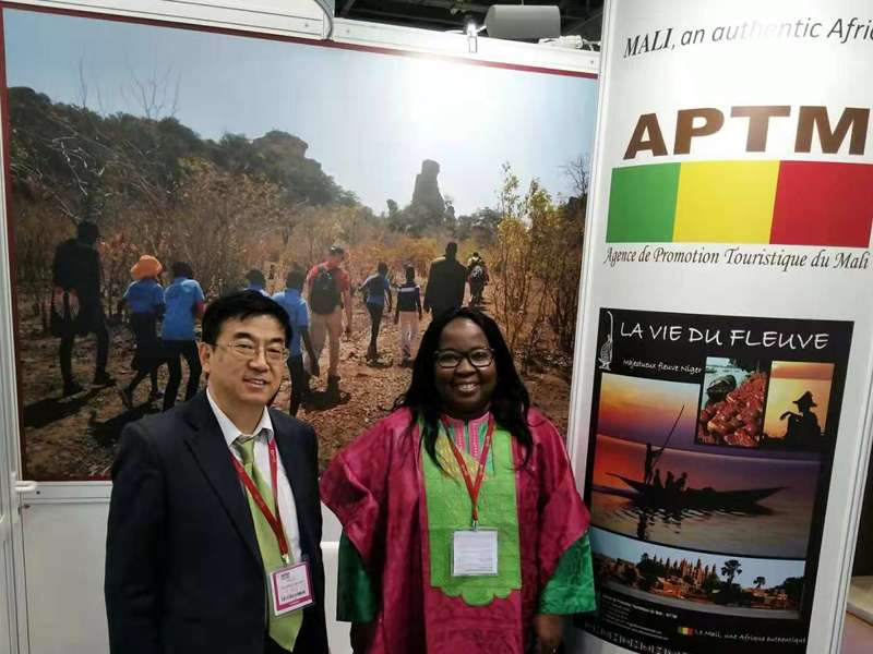 Ms. Mme Outarra introduced the tourism resources in Mali to Dr. Wu.