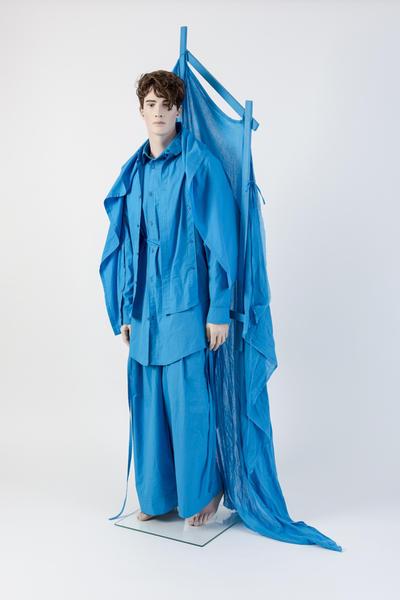 由Craig Gree设计的n电动蓝色长棉衬衫和塑料绗缝夹克套装