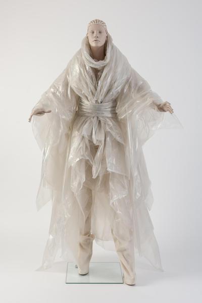 由Gareth Pug设计的彩虹色层状塑料套裙,被Katie Grand选为2014年度最佳连衣裙