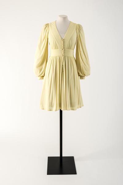 半球形纽扣竖排柠檬黄色人造丝礼服, 让·穆尔,1974年