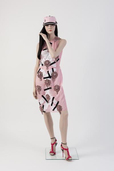 由Christopher Kane设计的糖粉色丝绸贴花连衣裙,蕾丝,水晶和黑色胶带巧妙融合,被Susanna Lau选为2013年度最佳连衣裙