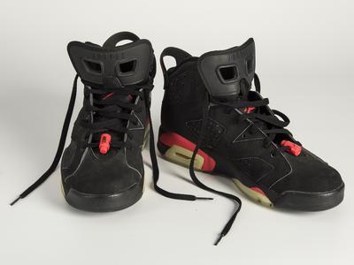 红黑色耐克男士运动鞋,20世纪90年代