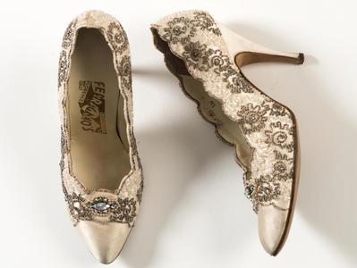 出自佛罗伦萨的菲拉格慕奶油色丝绸缎面宫廷鞋,配有水钻刺绣,20世纪50年代Alicia Markova穿过
