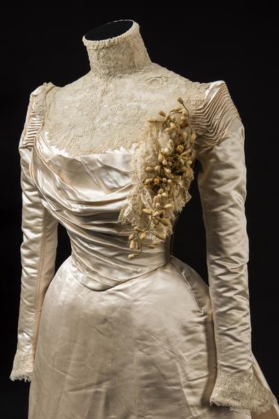 奶油色丝缎婚服