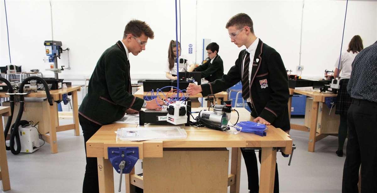 择校指南   低龄留学必看!英国中学与中国中学对比