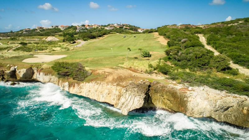加勒比海岛库拉索蓝湾海滩和高尔夫球场